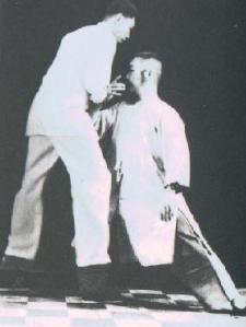 """Maestro Zheng Man Qing """"desenraizando"""" a un oponente"""